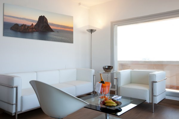 http://secure.neobookings.com/thumbs/ha545-1881-suite-ibiza-82m2_600x400.jpg