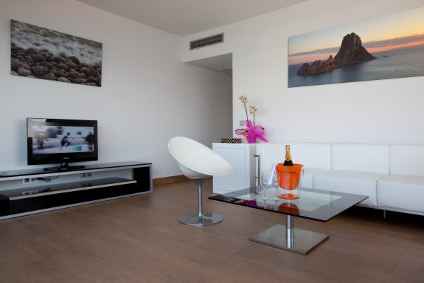http://secure.neobookings.com/thumbs/ha545-3489-suite-ibiza-82m2_600x400.jpg