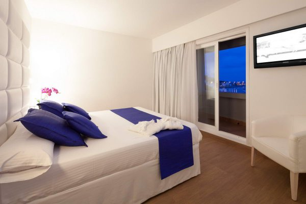 http://secure.neobookings.com/thumbs/ha547-8889-suite-corso-125m2_600x400.jpg
